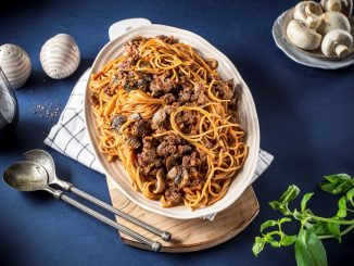 מוסיפים לסיר את צנצנת הרוטב, הספגטי, הבזיליקום, היין, המלח, הפלפל והפפריקה. צילום אפיק גבאי