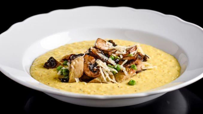 לטחון את התירס בבלנדר מוט או במעבד מזון עד שמגיע למרקם אחיד וחלק. צילום גליה אבירם