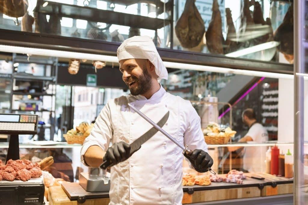שף דניס חוליאן רודריגז גרסל הוא הבעלים של חברת savigni בשוק המרכזי ברומא אשר מטפלת בבשר משלב השחיטה עד עיבוד למנות מגוונות. צילום Mattia Panunzio