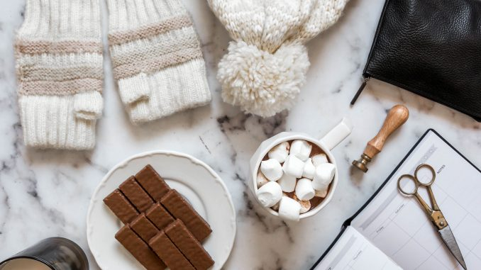 לאחר ההרתחה מכניסים לתערובת את השוקולד והקקאו ומסננים. צילום תמר גולן