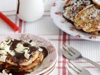 שוברים את השוקולד לקוביות ושמים בקערה. מוסיפים שמנת וממיסים יחד במיקרוגל או על בן מארי עד שהכל נמס והתערובת אחידה