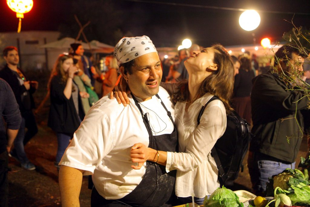 שף אסף שינער עם מעריצה. צילום דוד סילברמן dpsimages