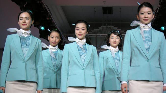 הדיילות של קוריאן אייר לובשות מדים בכמה גוונים, עם מבנה תסרוקת נאה בשיער