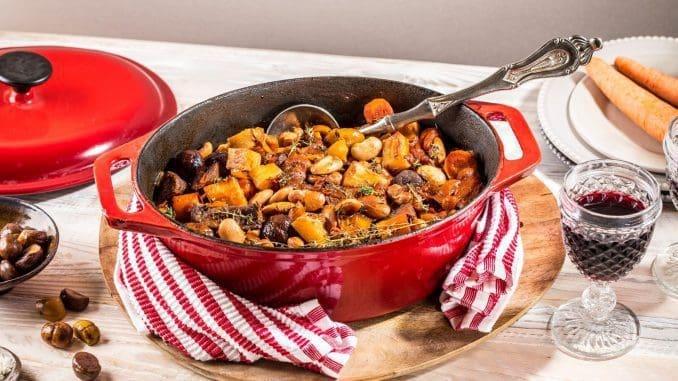 בסיר עמוק מניחים שמן זית, בצל, פלפל שחור מלח, וקוביות בשר. מערבבים וסוגרים את קוביות הבשר מכל צדדיהן עד שהבשר משחים