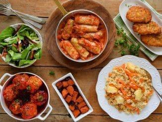 תפריט שלם של מאכלי עדות בגרסה הטבעונית ממפרום חצילים עד פלוב ללא אף רכיב מהחי. צילום אייל קרן