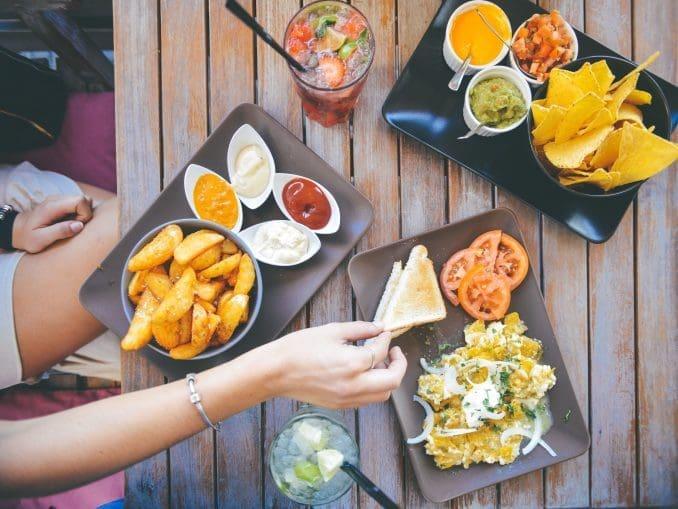 בצרפת מניחים רק את הלחם על השולחן עצמו, ובהודו מותר לאכול עם הידיים – אבל רק ביד ימין