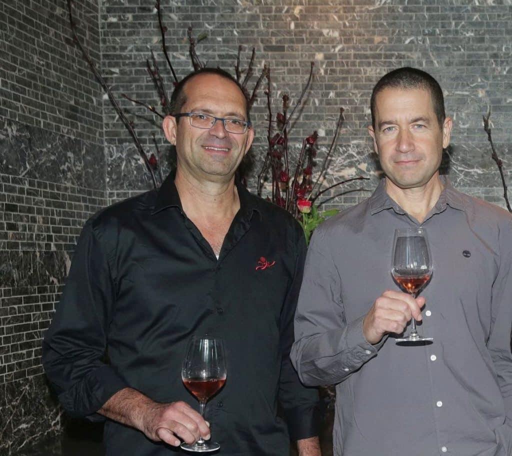 יעקב בן דור (משמאל) מנהל יקב יתיר וערן גולדווסר היינן. צילום שוקה כהן