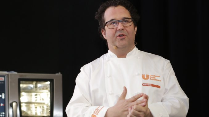 השף קרוז הציג למשתתפים מנות טאפס המספקות פתרון טעים וצבעוני למנות פתיחה ונישנוש באירועים ובמסעדות