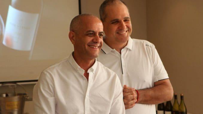 אילן חסון (מימין) וששון בן אהרון מ- FIVE STONES. היינות מיוצרים ביקב מוני. צילום דוד סילברמן dpsimages