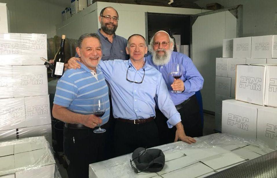 יעקב אוריה (למעלה) ביקב השירות ליבנה. צילום פטריסיה אוריה
