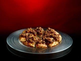 במחבת מטגנים את הבשר ב-3 כפות שמן זית תוך שקוצצים אותו ומפוררים