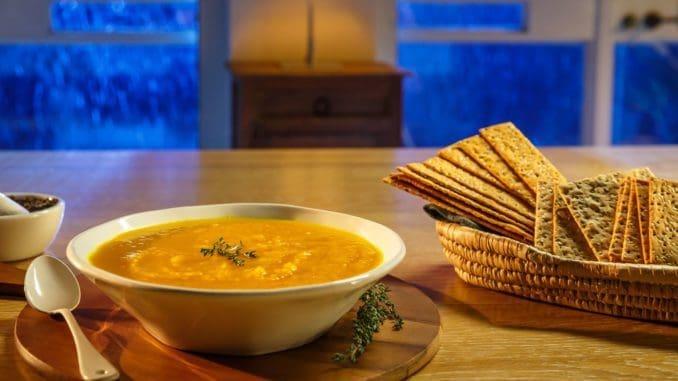 לאחר שהמרק והירקות יתבשלו יש להמתין שהמרק יתקרר מעט ולטחון בבלנדר ידני עד קבלת מרקם קטיפתי. צילום נמרוד גנישר