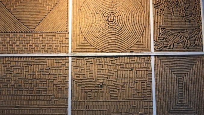 שטיח קיר של פקקים ומוזיקה קלאסית לעובדים ולחביות היין. קלו דה גת – יקב קצת אחר. צילום פאפא רצי