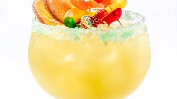 BIG KAHUNA – לקשט עם כתר סוכר ירוק, עלה מגנית, גלגל תפוז מסוכר אפוי, שיפוד נחשי גומי ירוק צהוב. צילום גליה אבירם