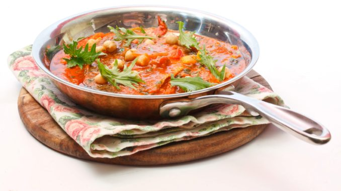 להוסיף למחבת את העגבניות הקצוצות, המים, הכמון, הסוכר, המלח, השאטה הגרוס, החומוסים והכוסברה. לבשל כ-20 דקות עד הסמכת הרוטב