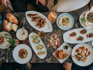 הבראנץ' כולל מבחר של מנות ראשונות המוגשות לשולחן ומנה עיקרית אחת לבחירה. צילום ספיר קוסא