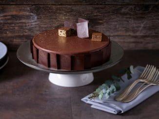 """מוס גבינה על בסיס שוקולד בראוניז בעיטור ריבועי שוקולד. צילום אנטולי מיכאלו ל""""מטבחון"""""""
