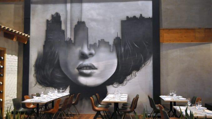 את הקיר המרכזי של המסעדה מפאר גרפיטי אורבני יפהפה המשרה אווירה ייחודית צעירה ועכשווית. צילום איריס לוי