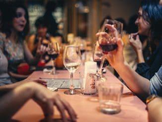 הטעות הנפוצה בקרב אנשים שמעריכים אוכל טוב אבל רוצים לשמור על משק בית מאוזן היא לחסוך במסעדה עצמה. צילום pexels