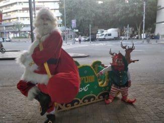את סנטה קלאוס מגלם כוכב הרשת אבירם כרמלי. עם העוזר שלו אלעד צפני וצמד איילים הם חורשים את רחובות תל אביב ומפיצים את בשורת החופש לחגוג. צילום אסף לוי