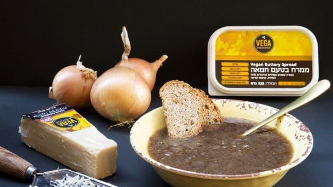 למזוג מרק לקערות אישיות. לגרד למעלה צהובה טבעונית בטעם פרמזן ולהגיש לצד לחם וחמאה טבעונית. צילום הדס ניצן