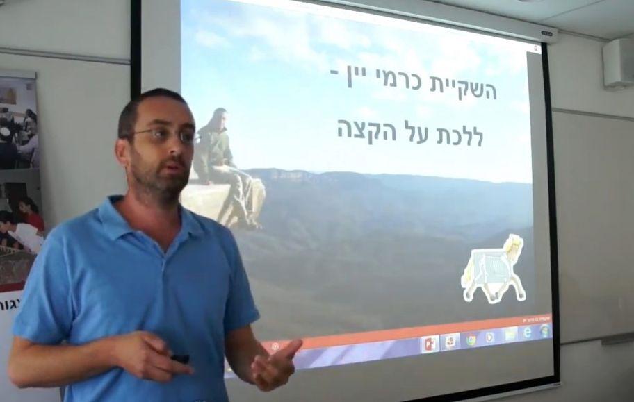 """ד""""ר ישי נצר מאוניברסיטת אריאל שפרסם את המחקר במגזין American Journal of Botany. עובד על פלטפורמת השקיה אינטרנטית חינמית לכורמי ישראל. צילום מיוטיוב"""