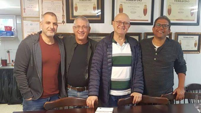 ביקור אכול ושאטו ביקב אפק – משמאל לימין אלון גונן, יגאל ברנע, רני רוגל, אהרון ג'לאח. צילום חלי ג'לאח