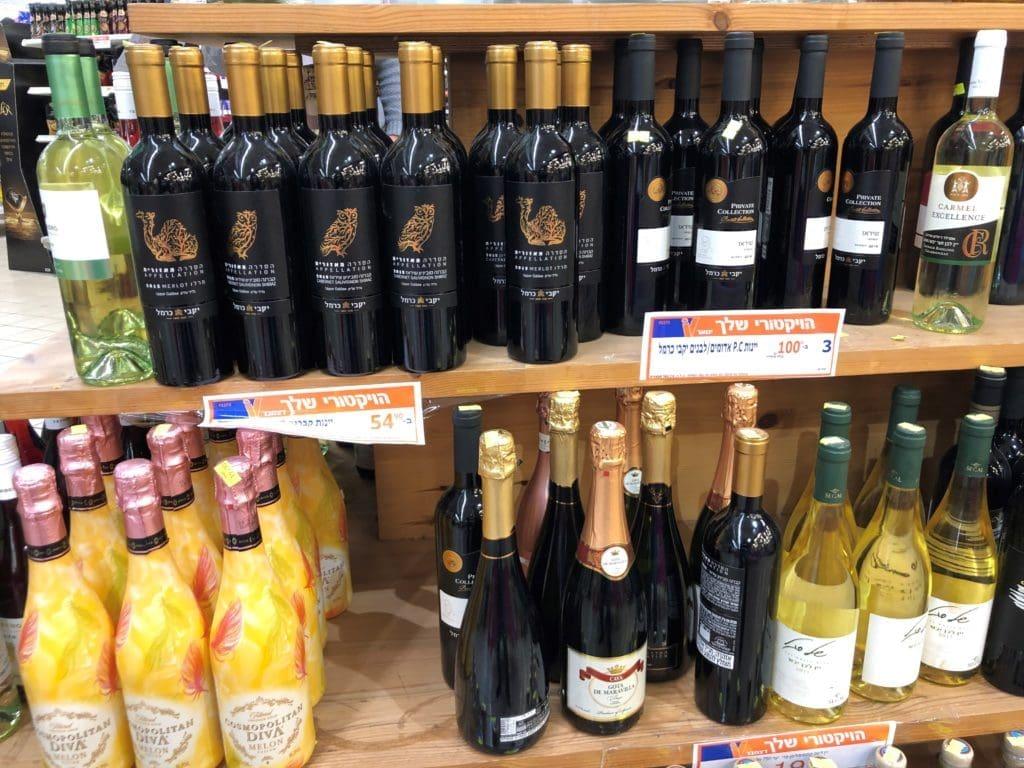 אם רוצים למכור בסופרים יינות פרמיום – בלגן כזה לא יעזור לכך. צילום פאפא רצי