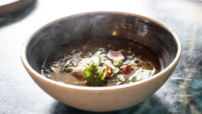 בחצר האחורית יציעו מרק מיסו יפני. צילום Digital & Beyond
