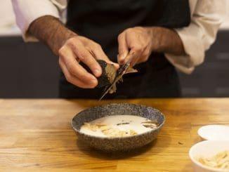 מרקי הפסטיבל מעדות שונות ובשלל טעמים. ניש סטודיו שף יכינו מרק ארטישוק ירושלמי. צילום דנה מאירסון