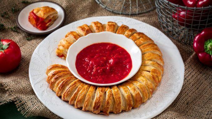 אופים 30-40 דקות או עד שהמאפה זהוב ואפוי. מגישים עם קערית של רוטב עגבניות במרכז הטבעת. צילום אפיק גבאי