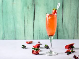 מוזגים את סירופ המונין לכוס שמפנייה ומוסיפים את הקאווה. צילום גליה אבירם