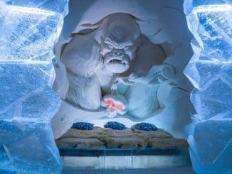 Snow Hotel ממוקם בחלקה של לפלנד השייך לפינלנד ויש בו מספר פסלים כמו זה עם אפקטים מיוחדים