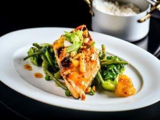 בתום האפייה מוציאים את הדג מהתנור ומפזרים מעל בוטנים, שומשום שחור או לבן ובצל ירוק. צילום אסף לוי