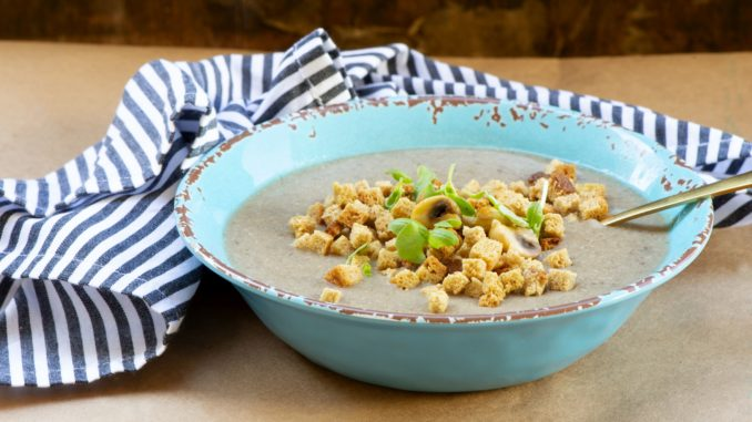 טוחנים את הפטריות בבלנדר מוט, מוסיפים שמנת ובוחשים ומגישים בתוספת קרוטונים. צילום הדס ניצן