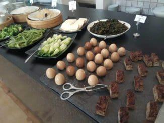 בין המנות ביצה עשויה בסויה ללא נתרן ועם תבלינים ארומטיים, נודלס שומשום חריף, ירקות ירוקים מוקפצים בשום פריך, מרק אורז לבן ומגוון רטבים אסיאתיים. צילום במלון ממילא: אסף רותם