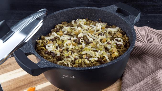 מבשלים במשך 30 דקות על אש נמוכה עד לריכוך. מוסיפים את הצימוקים והסילאן ומערבבים. צילום שירה רז