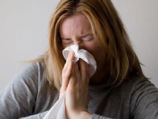 """חיידקים מועברים מאדם לאדם ע""""י התעטשות ונזלת. צילום pixabay"""