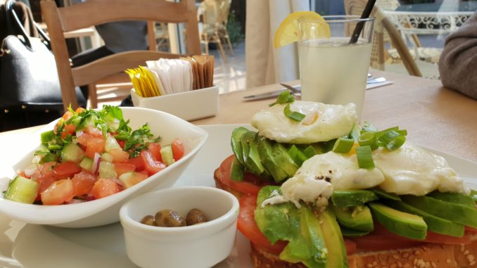 יש מבחר נאה מאוד של ארוחות בוקר, החל מארוחה זוגית או אישית של ביצים, לחמים, ממרחים גבינות ושתייה. צילום איילת קרבצקי