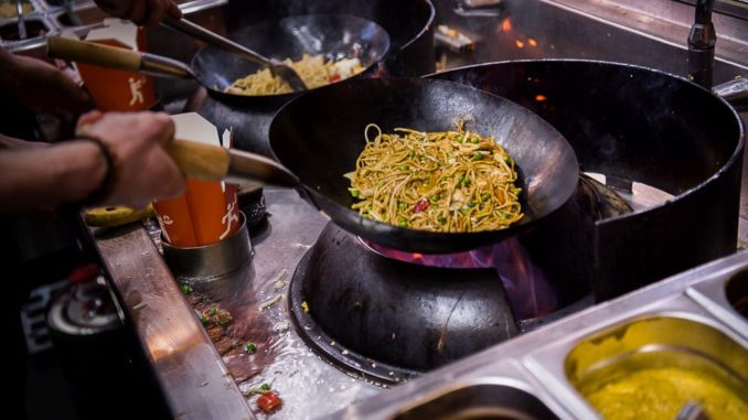 מרכיבים את המנה על כל חלקיה, כולל חומר הגלם (אורז, קינואה, אטריות), הירקות, התוספות והרטבים. צילום גיורא הירש