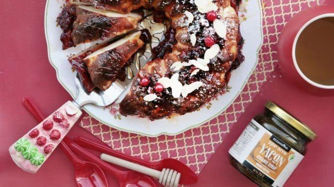 מוציאים את העוגה מהתנור ומיד מזגגים מעל סירופ יאקון. מפזרים אגוזי מלך, חמוציות ופרוסות שקד. צילום הודליה כצמן