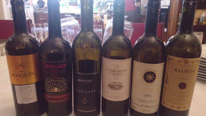 מגוון יינות איטלקים מתובלים בבקבוק יין ישראלי אחד