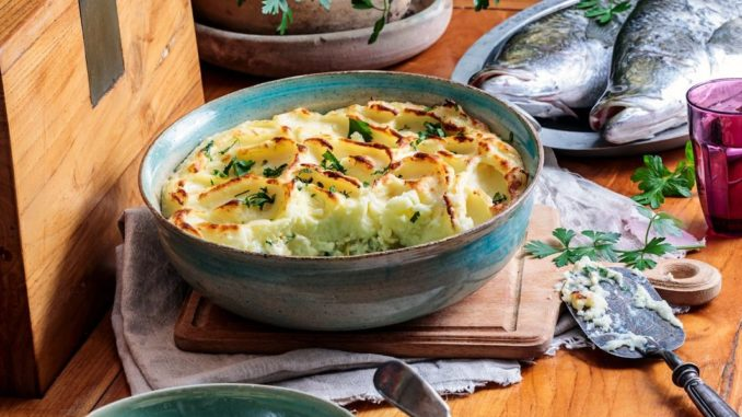 מכניסים לתנור שחומם מראש ל-180 מעלות למשך 25-20 דקות עד שהפירה מקבל קרסט יפה והתבשיל מבעבע. צילום איל גרניט