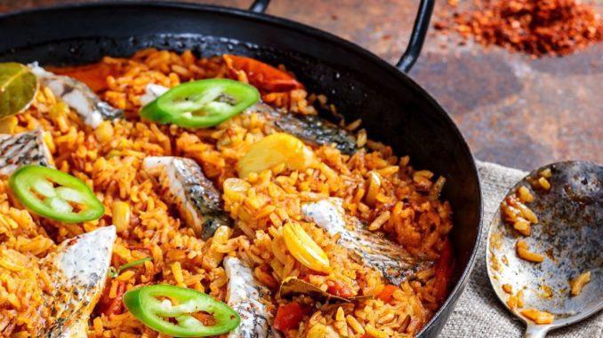 מוסיפים את הדגים הפרוסים. מערבבים את הכול, מכסים ומבשלים כ-10 דקות נוספות עד שהאורז מוכן לגמרי. צילום איל גרניט
