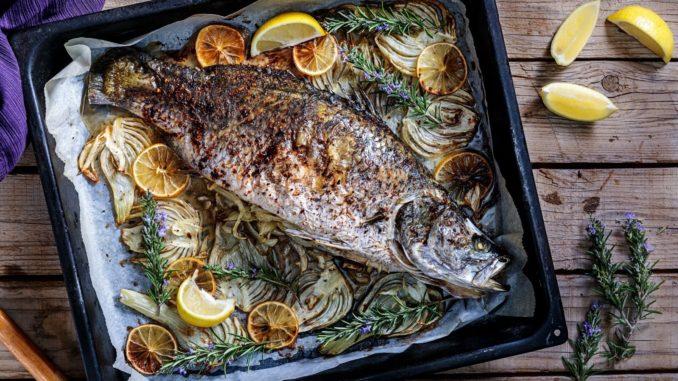 ממלאים את הדג בשומר וברוזמרין עם השום ויוצקים פנימה את היין. צילום איל גרניט