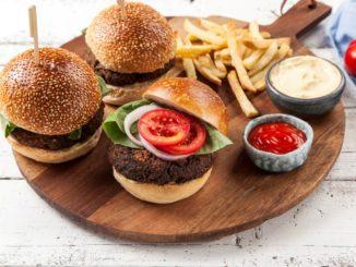 לאחר האפייה מרכיבים המבורגר עם הרטבים והירקות ועם צ'יפס בצד. צילום אפיק גבאי