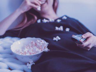 לאכילה מול הטלוויזיה יש משמעות כי היא גורמת לנו לוותר על מאכלים בריאים לטובת מזון מעובד, חטיפים מתוקים ומטוגנים