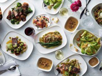 """לקוחות הטסים בין תל אביב לארה""""ב יכולים ליהנות ממבחר תפריטים הכוללים מנות כמו חזה עוף מבושל בטיגון איטי ברוטב של פלפלים, עגבניות וחצילים, המוגש עם מיקס ירקות על הגריל ופולנטה"""