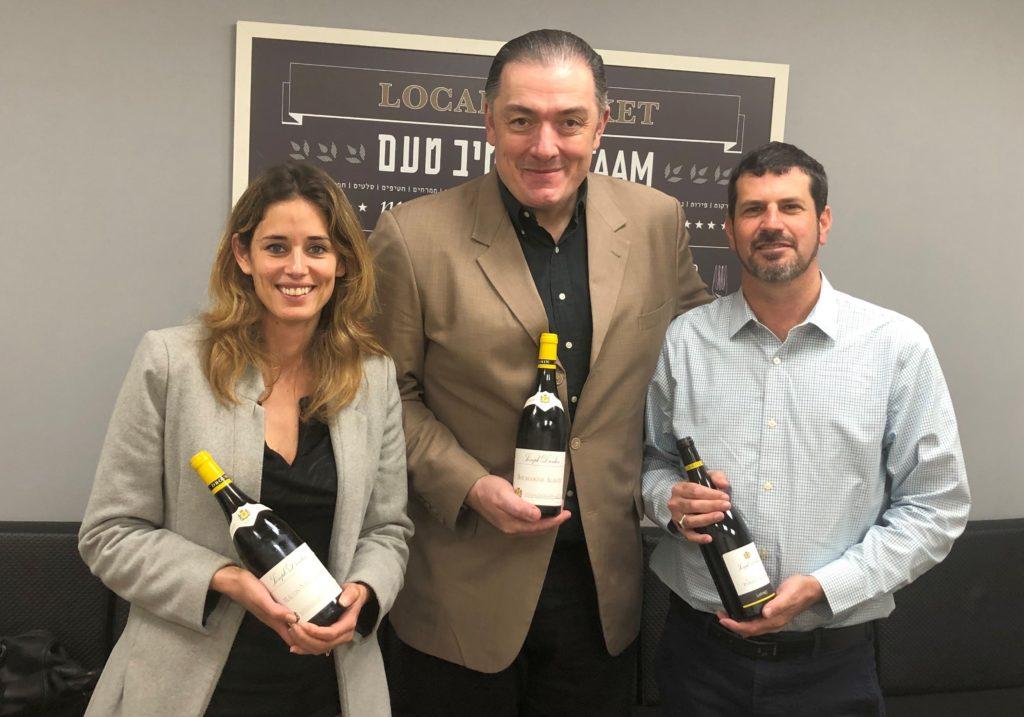 כריסטוף תומס מיקב ג'וזף דרוהין (במרכז) עם טופז הורביץ מנהל קטגוריית יין ואלכוהול (הסקוטית) בישרקו, ויערה ניסן מנהלת שיווק ישרקו. צילום פאפא רצי