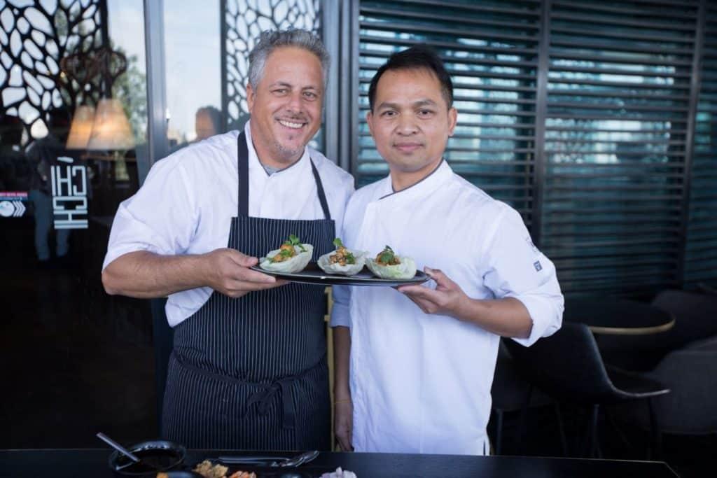 שיתוף פעולה תאילנדי-ישראלי: שף פייטון בתפו ושף דרור שושן. צילום אביחי דרעי